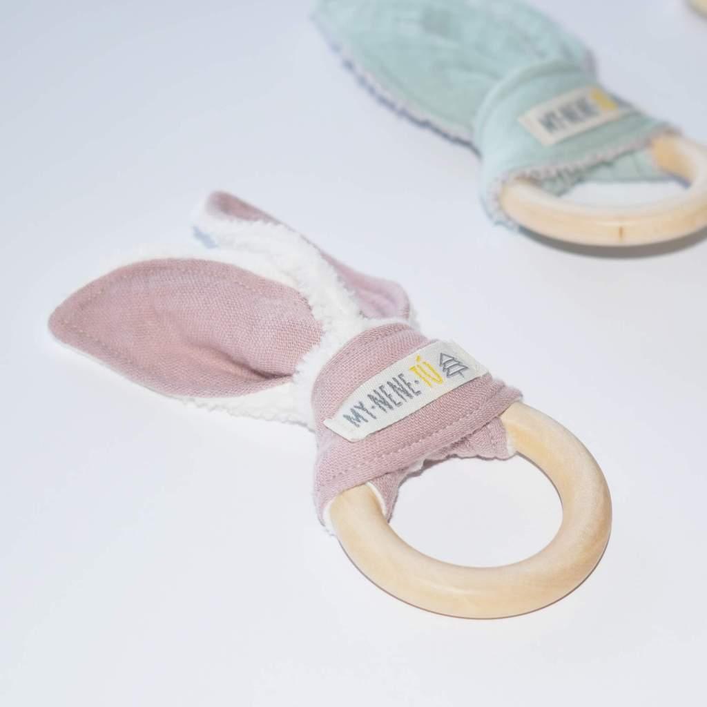 detalle anillo mordedor rosa empolvado mynenetu